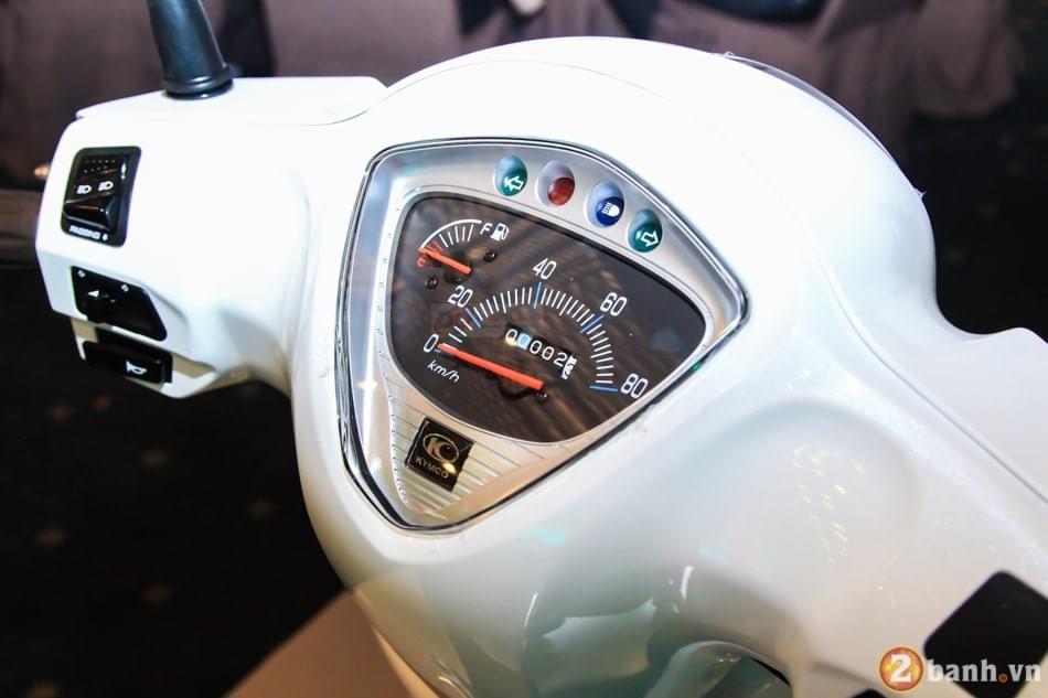 Cụm đồng hồ trung tâm thiết kế đơn giản. Sự dụng công nghệ Analog với kim chỉ tốc độ và nhiên liệu. Phía trên là 2 đèn xinhan 2 bên.